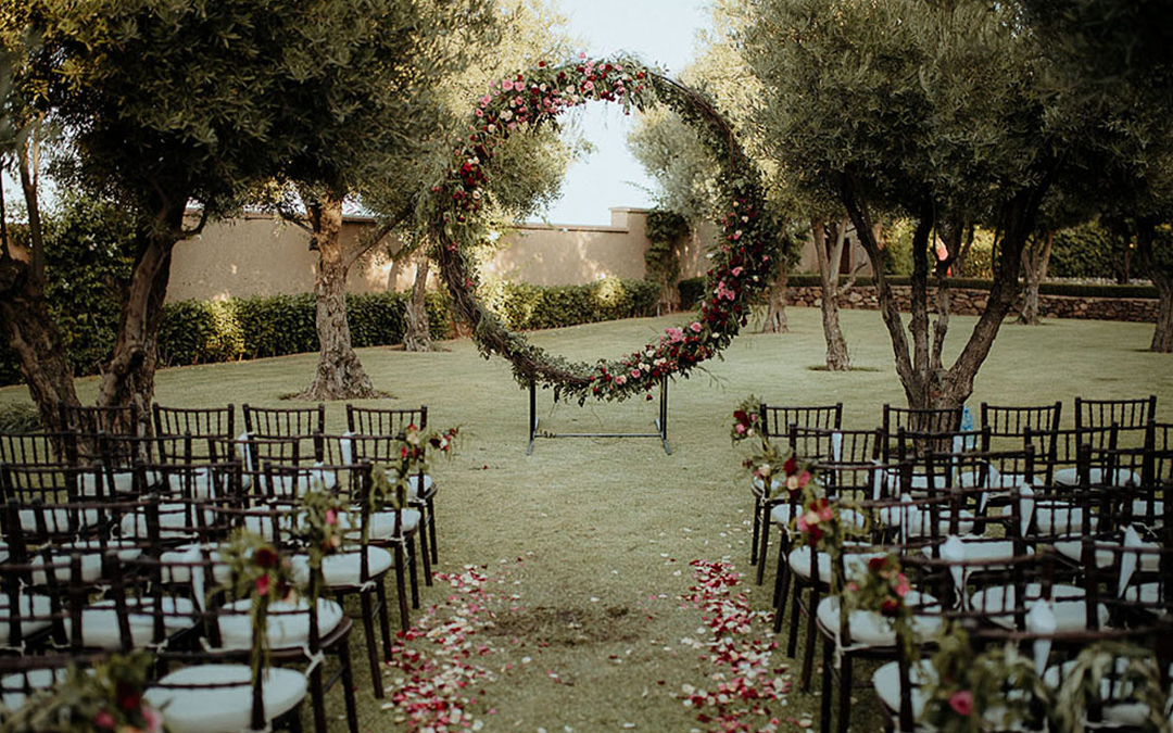 2018 Decor Trend   Are Wedding Wreaths the new Ceremony Arch?
